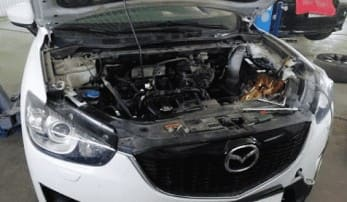Автомобиль Мазда СХ5 в ремонте